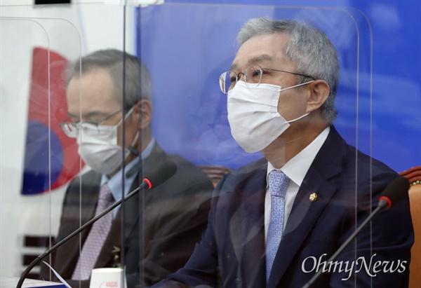 최강욱 열린민주당 대표(오른쪽)는 16일 국회에서 기자회견을 열고 더불어민주당의 재난지원금  통신비 2만원 지원 철회를 요구했다. 왼쪽은 주진영 최고위원.