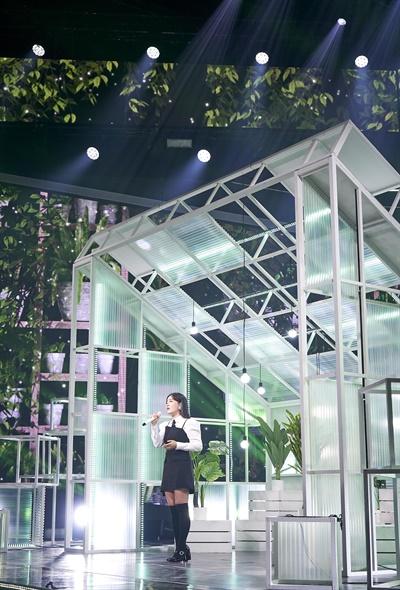 '서울드라마어워즈 2020' 윤하, 촉촉한 축하공연 윤하 가수가 15일 오후 비대면으로 녹화방송된 <서울드라마어워즈 2020 시상식>에서 축하공연을 하고 있다. 올해 시상식에서는 난민과 이민자의 삶을 그려낸 브라질 드라마 <오펀스 오브 어 네이션>이 대상을 수상했다. 한류드라마 최우수상은 <동백꽃 필 무렵>, 한류드라마 여자연기자상은 <사랑의 불시착>의 손예진 배우가 수상했다.