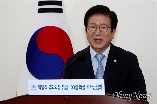 취임 100일을 맞은 박병석 국회의장이 16일 오후 서울 여의도 국회에서 신종 코로나바이러스 감염증(코로나19) 시대에 맞춰 비대면 방식으로 화상 기자간담회를 하고 있다.