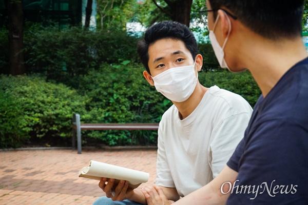 조기현 작가가 경훈씨와 이야기 나누는 모습.
