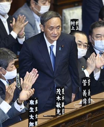 일본 중의원은 16일 본회의를 열고 제99대 총리로 스가 요시히데(菅義偉) 자민당 총재를 선출했다. 사진은 총리로 지명된 순간 일어서서 인사하는 스가 총재.