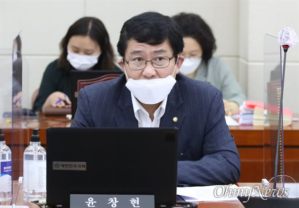 윤창현 국민의힘 의원이 16일 서울 여의도 국회에서 열린 정무위원회 전체회의에 참석해 있다.