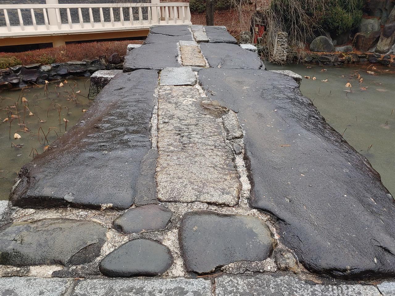 청석교 상판 넓적하고 긴 널돌 6개를 가장자리에 거치하였다. 널돌 사이는 화강암을 다듬어 틈새를 메워 상판을 완성하였다.
