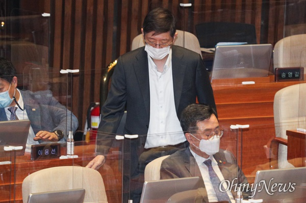 김홍걸 더불어민주당 의원이 16일 오후 서울 여의도 국회 본회의장에서 열린 경제분야 대정부질문에 참석하고 있다.