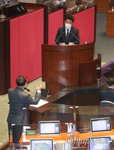 유의동 국민의힘 의원이 16일 오후 서울 여의도 국회 본회의에서 열린 경제분야 대정부질문에서 홍남기 부총리 겸 기획재정부 장관에게 질의를 하고 있다.