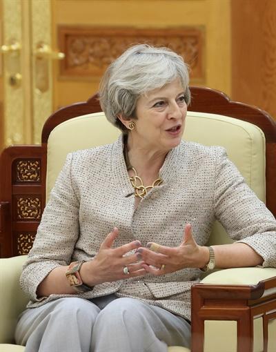 세계지식포럼 참석차 방한한 테레사 메이 전 영국 총리가 16일 오후 청와대에서 문재인 대통령을 예방하고 있다.