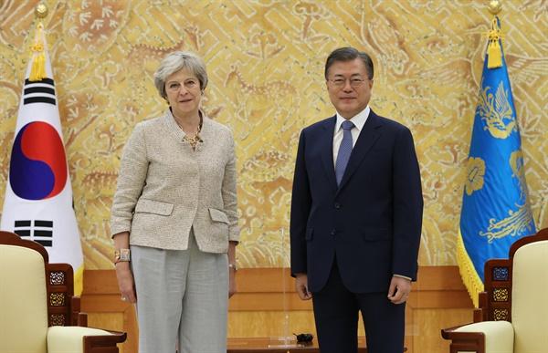 문재인 대통령이 16일 오후 청와대에서 세계지식포럼 참석차 방한한 테리사 메이 전 영국 총리 접견에 앞서 기념촬영을 하고 있다.