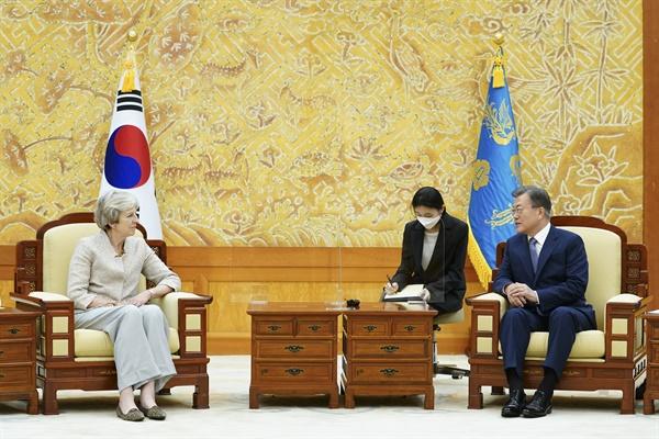 문재인 대통령이 16일 오후 청와대에서 세계지식포럼 참석차 방한한 테리사 메이 전 영국 총리를 접견하고 있다.