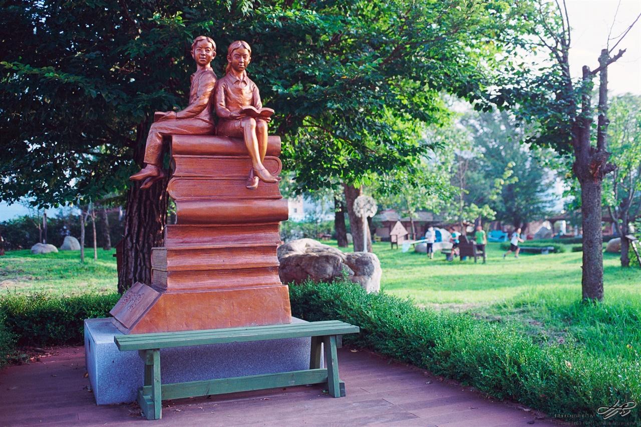 가산공원 (Ektar100)꼭 학생들과 함께 교육적 테마기행을 오기로 결심한 곳. 잠자리를 잡는 아이들의 모습이 정겨우면서도 낯설었다.