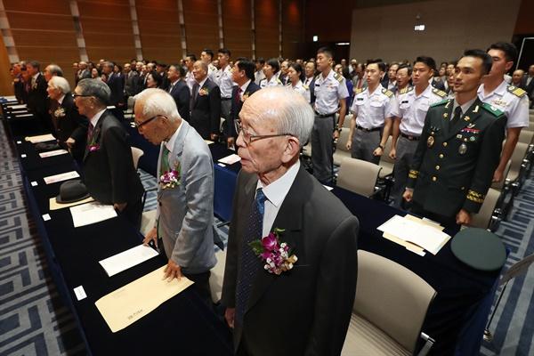 애국지사와 부르는 애국가 2019년 9월 17일 서울 용산구 백범김구기념관에서 열린 '한국광복군 창군 제79주년 기념식'에서 이태원·임우철·오상근 애국지사와 참석자들이 애국가를 제창하고 있다.