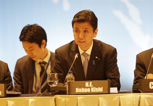 일본 신임 방위상 기시 노부오. 사진은 2014년 5월 19일, 기시 노부오 전 외무성 부대신이 자카르타에서 열린 포괄적 핵실험 금지 조약 회의에서 연설하는 모습.