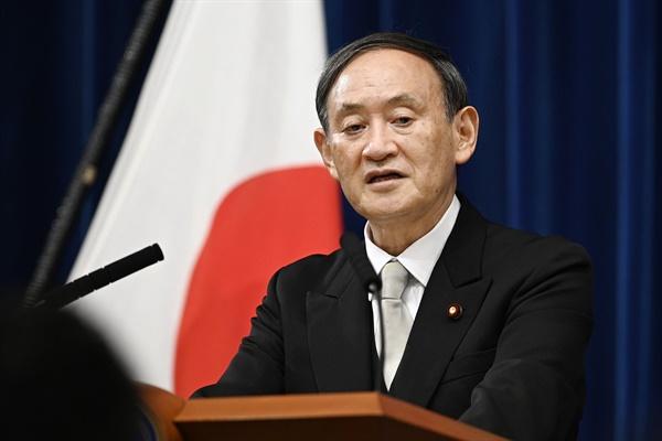 스가 요시히데(菅義偉) 일본 총리가 16일 오후 9시 관저에서 취임 후 첫 기자회견을 열고 있다.