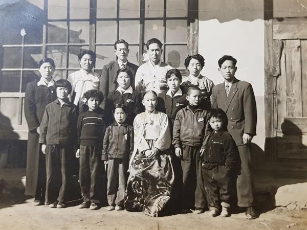 가족 사진 1950년대 말 혹은 1960년대 초 경상북도 상주 읍내의 집에서 촬영. 우리 가족과 작은 아버지 가족들이 함께 모였다. 이 사진 촬영 후 우리 가족은 서울로 이주했다.