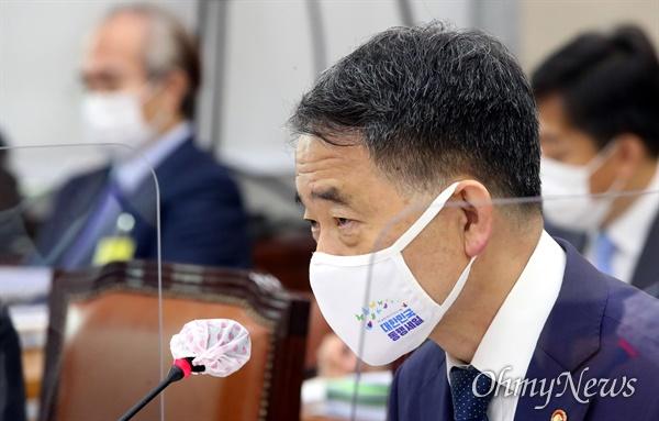 박능후 보건복지부장관이 17일 오전 국회에서 열린 보건복지위 전체회의에서 발언하고 있다.