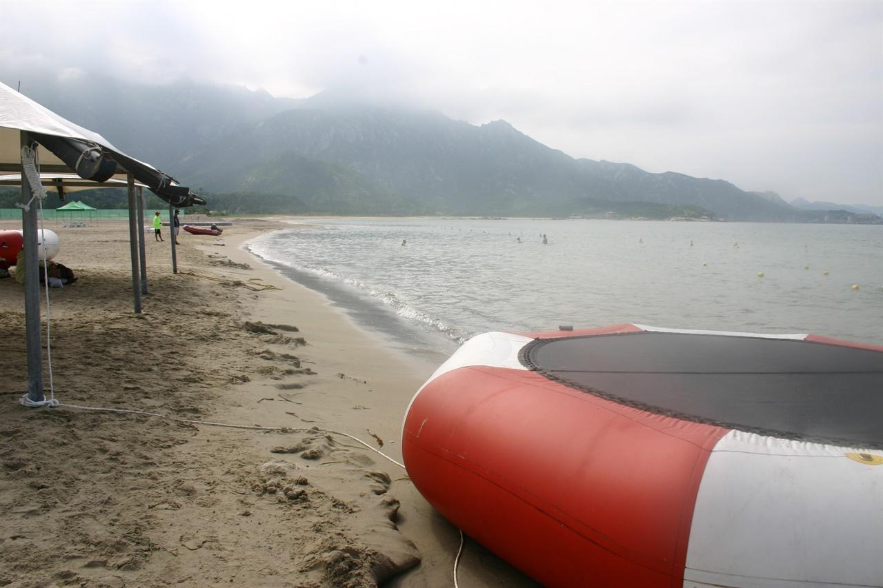 2008년 7월 11일 관광객 박왕자씨가 북한군 초병이 쏜 총에 피격된 금강산해수욕장 바다. 해수욕장과 북한군 군사보호시설 사이에 녹색 울타리가 처져 있었고, 10미터 정도의 모래톱은 사람이 드나들 수 있었다(2006, 9. 촬영).