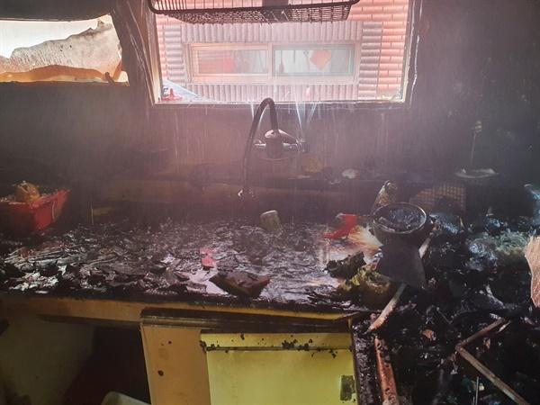 지난 14일 오전 인천시 미추홀구 용현동 한 다세대주택에서 부모가 집을 비운 상황에서 형제끼리 음식을 조리하다가 불이 나 형과 동생이 크게 다쳤다고 인천 미추홀소방서가 15일 밝혔다. 사진은 화재가 발생한 주택 내부.