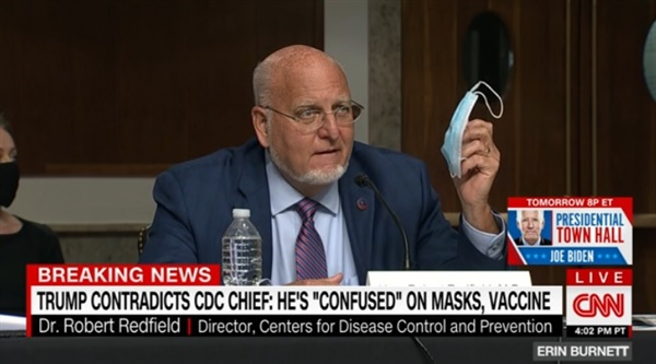 로버트 레드필드 미국 질병통제예방센터(CDC) 국장의 마스크 착용 강조를 보도하는 CNN 뉴스 갈무리.