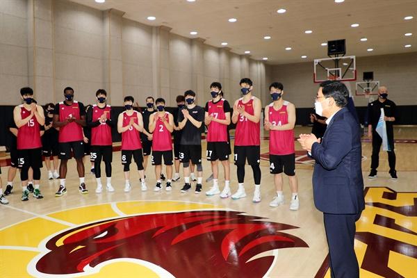 허성무 창원시장은 9월 17일 창원체육관에서 훈련하고 있는 창원엘지세이커스 농구단을 찾았다.