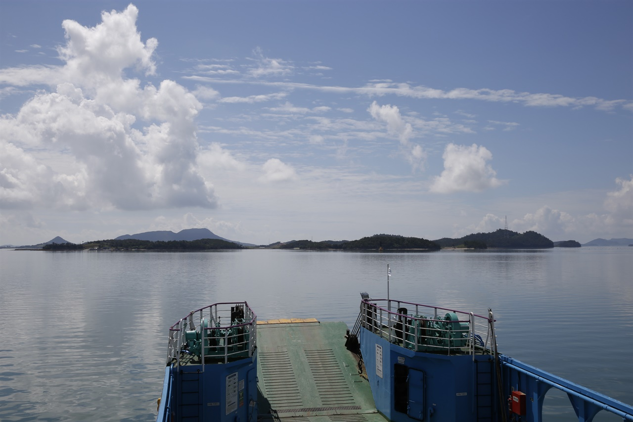 맨드라미 꽃섬으로 변신한 병풍도 전경. 신안 송도선착장에서 배를 타고 병풍도로 가는 선상에서 본 풍경이다.