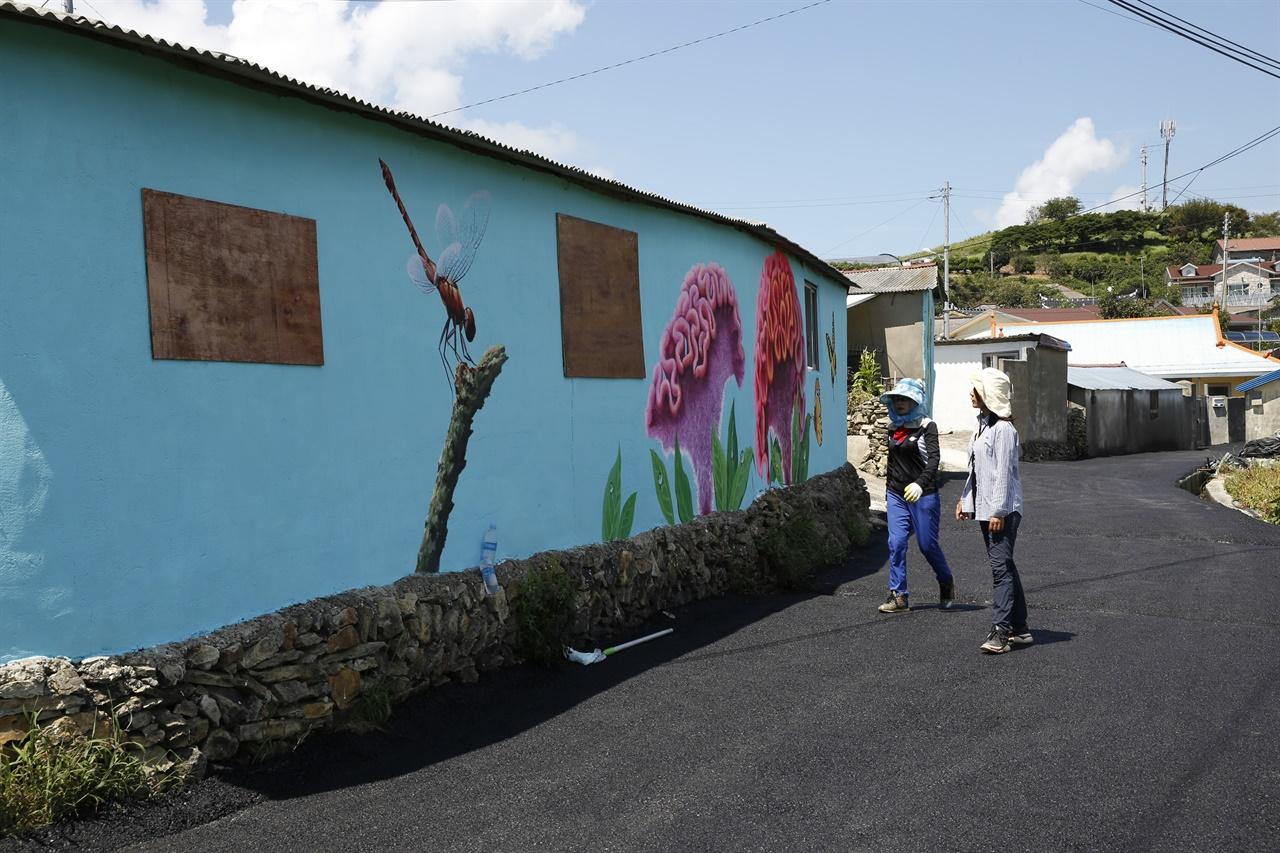 병풍도의 건물 벽에 그려진 맨드라미 꽃과 잠자리. 올해 열 예정이었던 맨드라미꽃축제에 맞춰 단장했다.