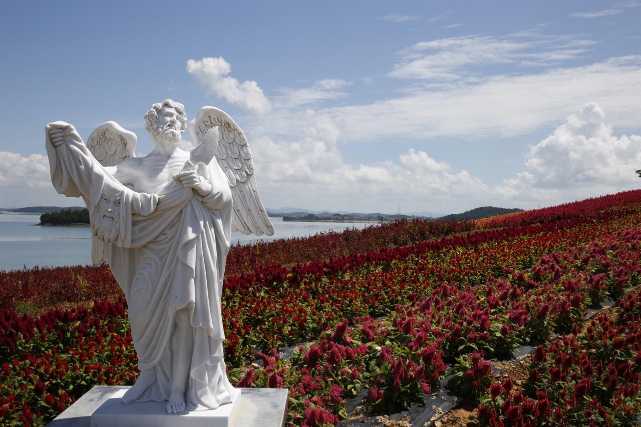 12사도 조각상과 어우러지는 병풍도의 맨드라미 꽃. 섬 곳곳에 맨드라미가 심어지고, 12사도 조각상이 설치돼 있다.