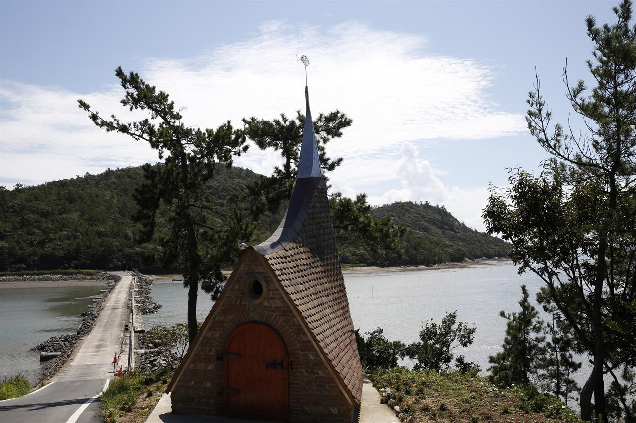 섬과 섬을 잇는 노두를 배경으로 들어선 필립의집. 예수의 열두 제자 이름을 딴, 기점소악도의 작은예배당 가운데 하나다.