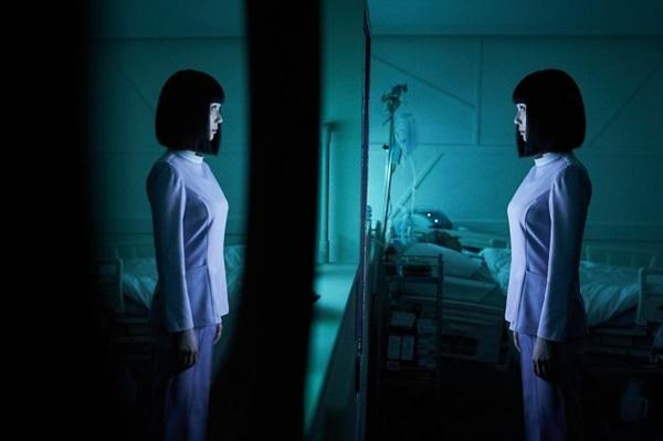 간호 로봇인 간호중은 환자를 돌보는 동시에 보호자의 안위까지 살핀다. 현재 대부분의 사람들의 고민거리가 된 돌봄 노동을 대체하는 로봇이 환자의 생명과 보호자의 삶 사이에서 고민하는 아이러니를 보여주며 미래와 동시에 현재의 문제를 다룬다.