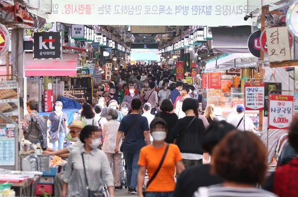 시민들로 붐비는 망원시장 추석 연휴를 보름 가량 앞둔 15일 오후 서울 마포구 망원시장이 방문객들로 붐비고 있다.