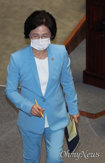 추미애 법무부 장관이 17일 국회에서 열린 교육·사회·문화 분야 대정부질문에 출석, 답변을 마친 후 자리로 돌아가고 있다.