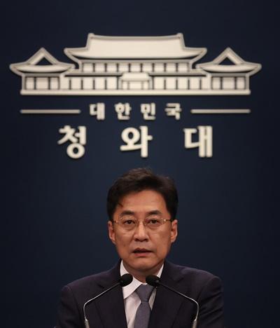 강민석 청와대 대변인이 지난 16일 오후 청와대 춘추관 대브리핑룸에서 스가 요시히데 신임 일본 총리 관련 브리핑을 하고 있는 모습.