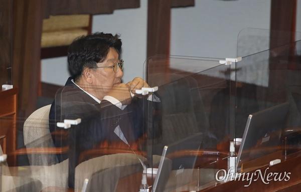 국민의힘에 복당한 권성동 의원이 17일 오후 서울 여의도 국회 본회의에서 열린 교육·사회·문화 분야 대정부질문에 참석, 마스크를 쓰고 있다.