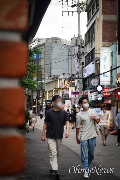 조기현 작가가 경훈씨와 인터뷰를 마치고 거리를 걷는 모습.