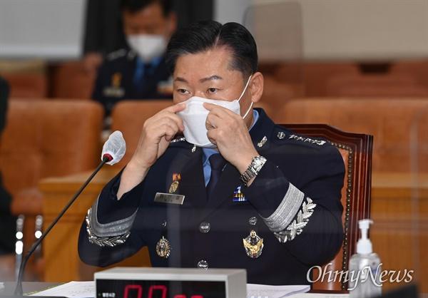 원인철 합참의장 후보자가 18일 오전 서울 여의도 국회 국방위원회에서 열린 인사청문회에서 마스크를 고쳐쓰고 있다.