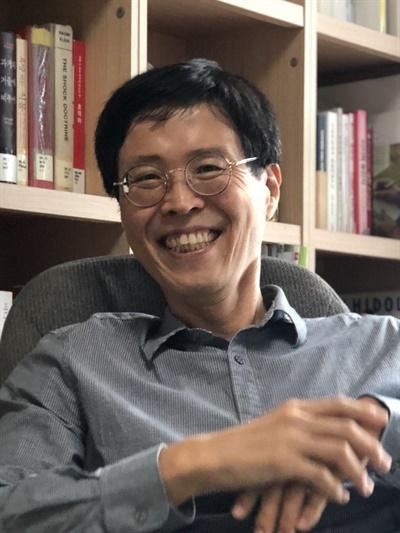 17일, 최경호 서울대학교 보건대학원 교수는 화상채팅 플랫폼 줌(Zoom)을 이용한 인터뷰에서 일상 생활 속 알아두면 좋은 유해물질 정보에 대해 설명했다.