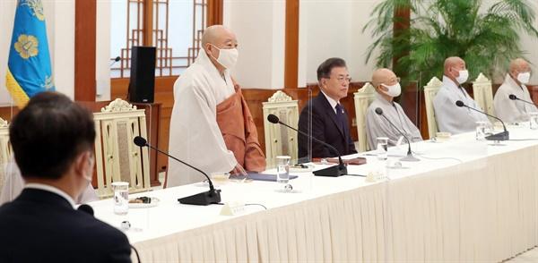 조계종 총무원장 원행스님이 18일 오전 청와대 본관에서 열린 문재인 대통령과 한국 불교지도자 초청 간담회에 참석해 인사말을 하고 있다
