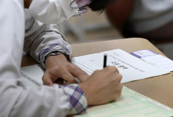 16일 오전 강원 춘천시 소양로3가 춘천고등학교에서 3학년생들이 2021학년도 대학수학능력시험 9월 모의평가를 치르고 있다.