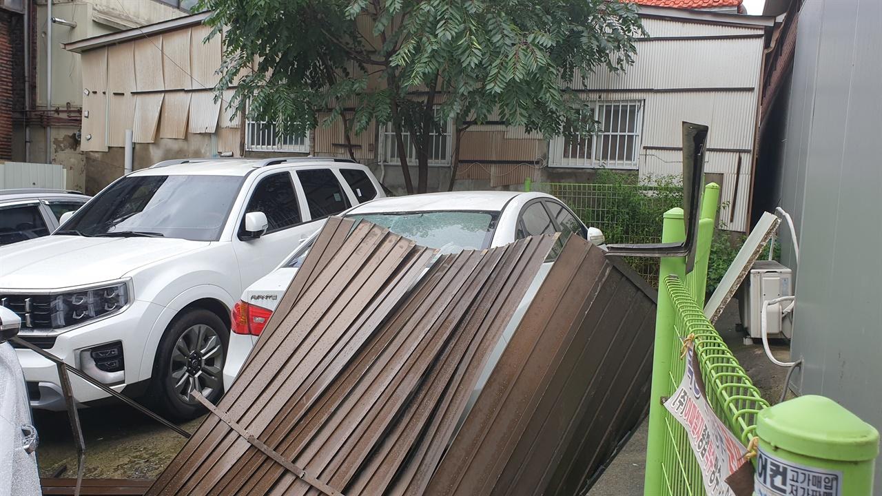 태풍피해 지난 9월 3일(목)아침 태풍 마이삭으로 골목에 주차되어 있던 차량 세대가 부서졌습니다.