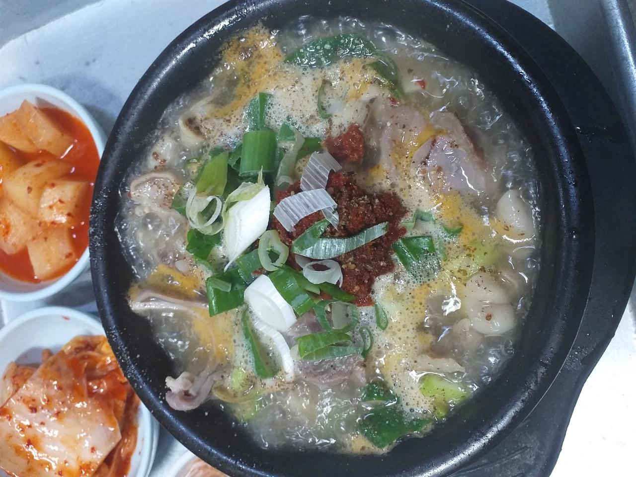부평시장 충남식당의 순댓국 보기에도 맛도 터프하기 그지 없다. 어릿고기부터 부속물까지 돼지 한마리가 다 들어 있다.