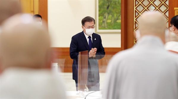 문재인 대통령이 18일 오전 청와대에서 한국 불교지도자 초청 간담회에 앞서 참석자들과 인사하고 있다.