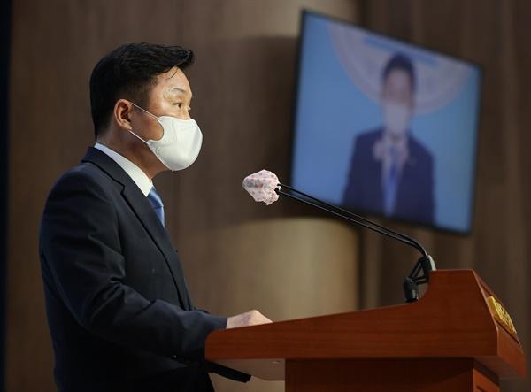 최인호 더불어민주당 수석대변인. 사진은 지난 6일 오후 서울 여의도 국회 소통관에서 고위당정협의회 회의 결과를 브리핑하고 있는 모습.