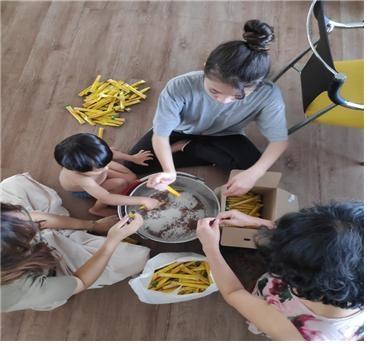 커피 만드는 아이들 아이들도 같이 봉사활동을 돕는 모습