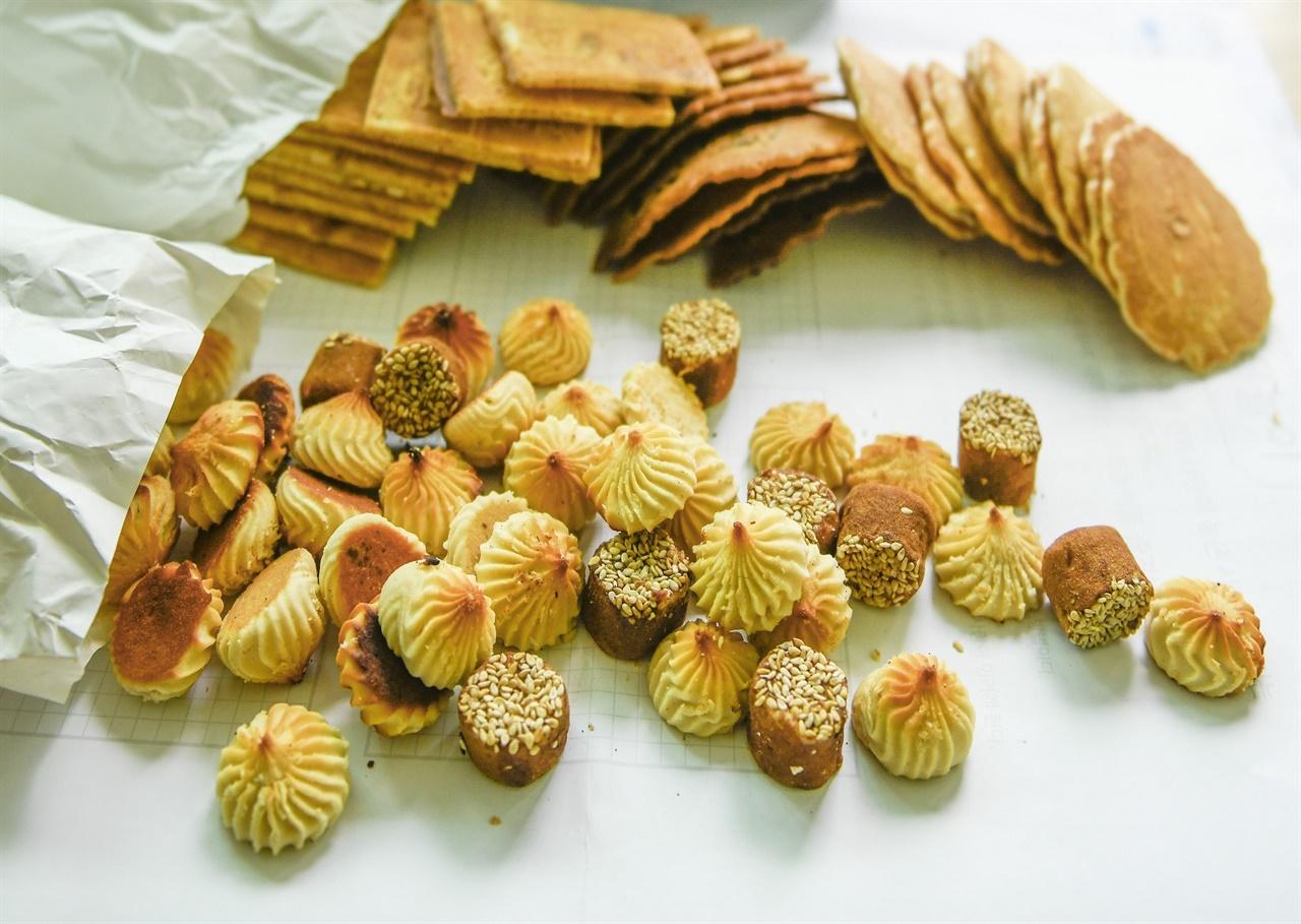 노부부가 직접 만들어 주는 50년 전통의 옛 과자를 맛 볼수 있는 즐거움.