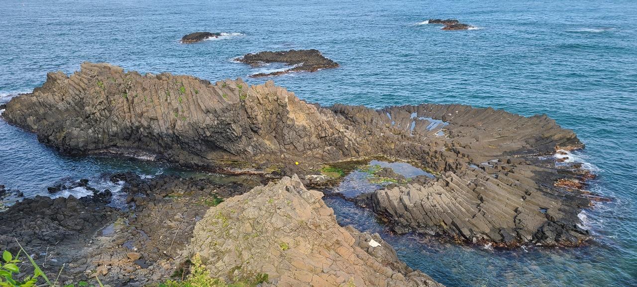 부채꼴 주상절리   국내는 물론 다른 나라에서도 보기 드문 주상절리다. 지질학자들도 감탄하는 생김새다.