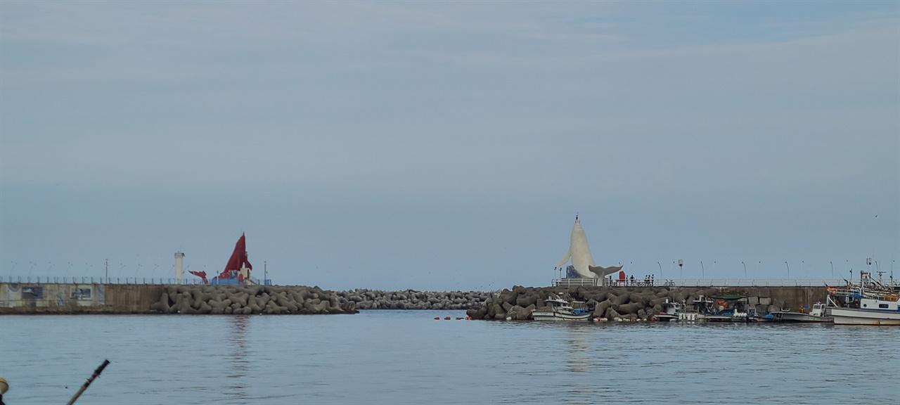 정자항 등대   정자항 방파제 끝에 귀신고래 등대가 있다. 고래 도시 울산을 나타낸다. 바다를 헤엄치는 모습이다.