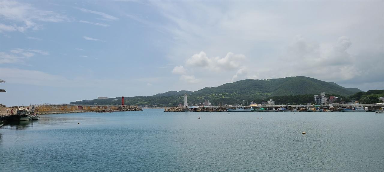전촌항   '감포깍지길 해안을 따라 걷는 길'의 출발지다. 전촌항에서 송대말등대까지 3.3km 이어진다.