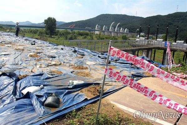 8월 9일 낙동강 합천창녕보 좌안 상류 둑이 터진 뒤 복구 작업이 진행되고 있다.