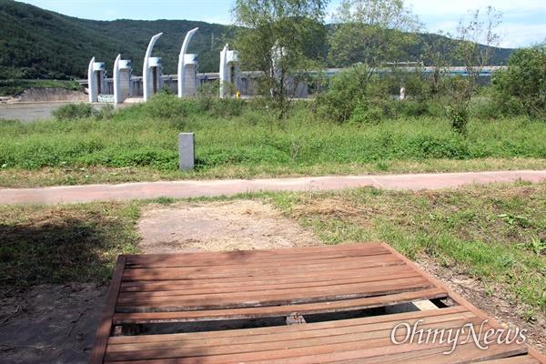 낙동강 합천창녕보 하류 좌안 둔치에 설치된 의자가 파손되어 있다.