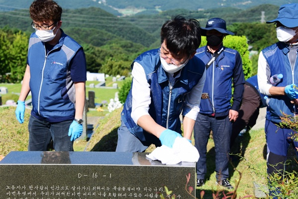 참가자들을 10개 조로 나눠 열사들의 묘역을 손질했다.