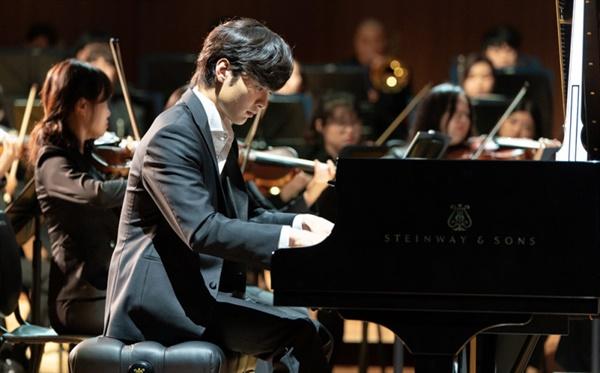 준영은 경후문화재단의 후원을 받아 세계적인 피아니스트로 성정한다.