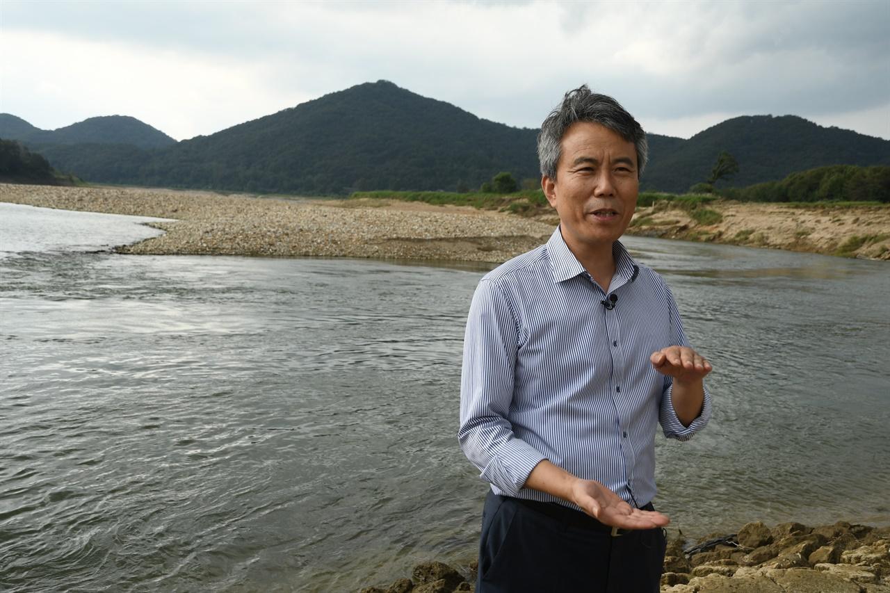 물고기 조사가 끝나고 순천향대학교 방인철 교수와 강변에서 현장 인터뷰를 했다.